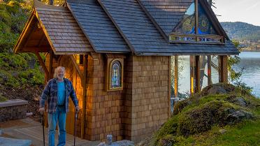 Un professeur de mathématiques construit une chapelle en cèdre au bord de la mer des Salish